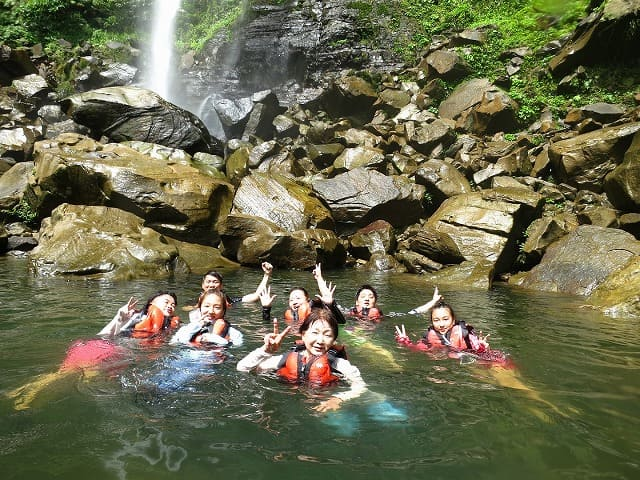 ピナイサーラの滝で滝つぼ水遊び