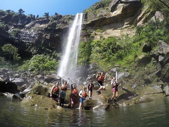 西表島最大の落差を誇るピナイサーラの滝つぼで記念撮影