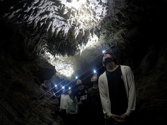 鍾乳洞でケイビング体験