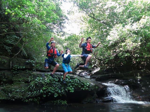 西表島の滝つぼへ飛び込み