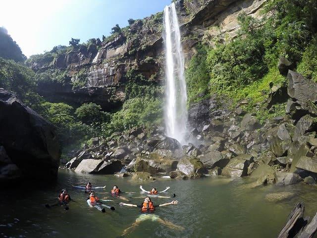 ピナイサーラの滝壺で水浴び