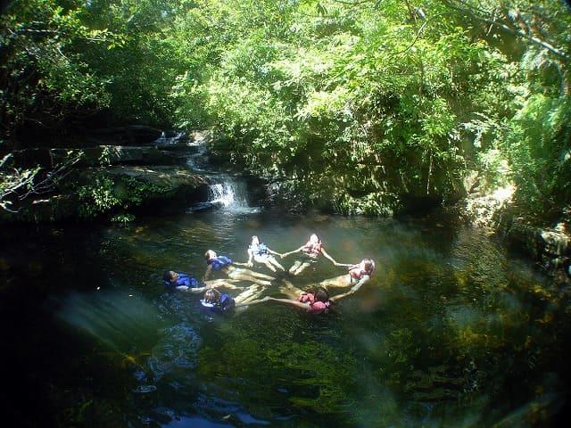 西表島の滝つぼで水遊び