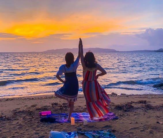 サンセットを浜辺で見る女性たち