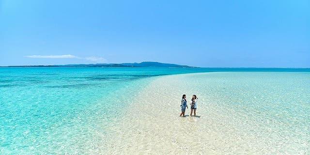浜島を歩く女性たち