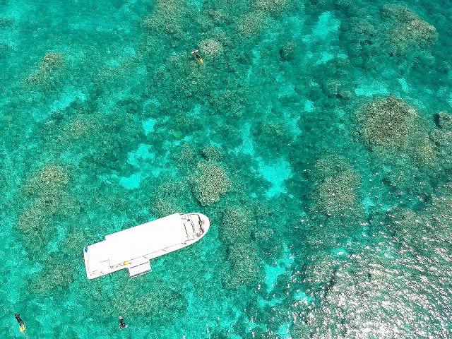 エメラルドグリーンの海と船