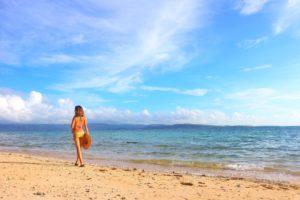 女子旅で西表島のビーチを散策