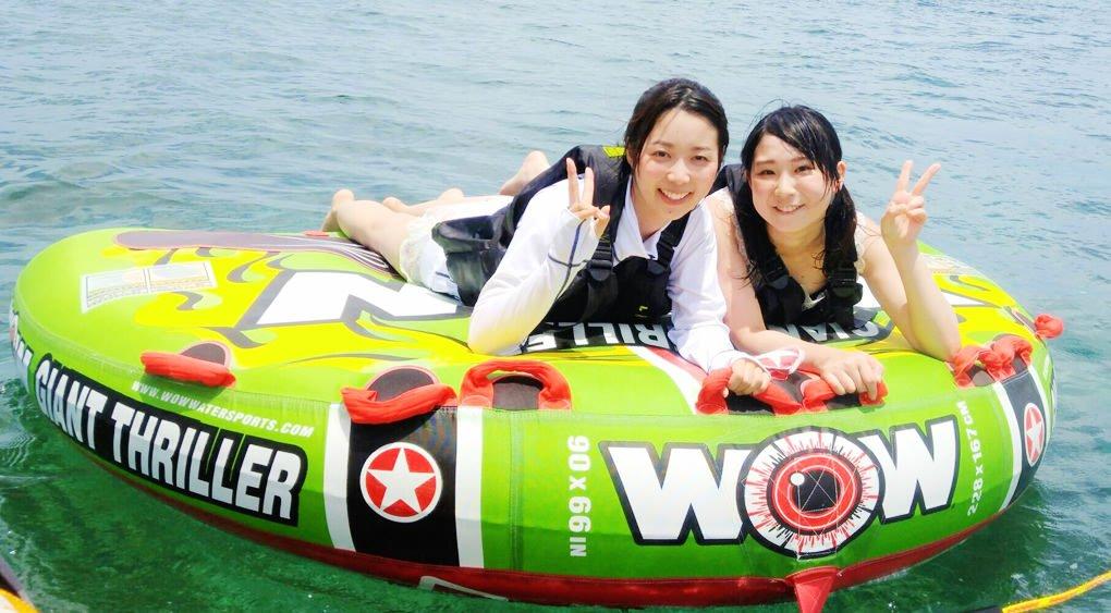 沖縄のうるま市の海でマリンチューブを楽しむ女子