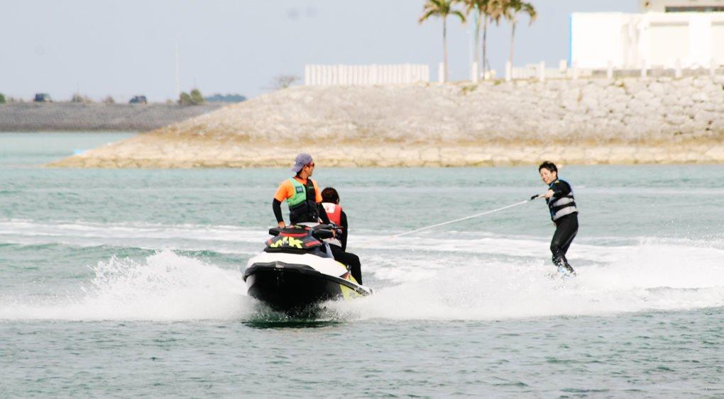 沖縄のうるま市の海でウエイクボードを楽しむ人