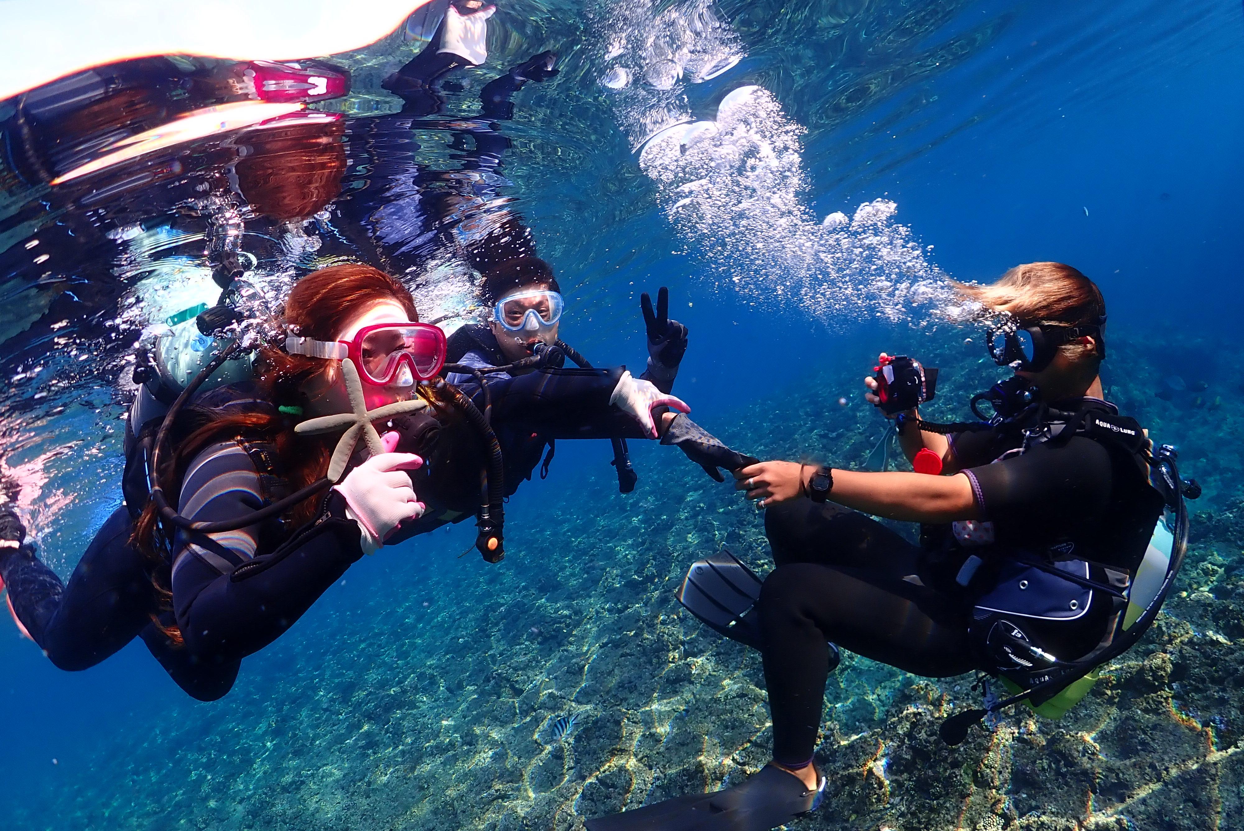 沖縄の青の洞窟で体験ダイビングするグループ