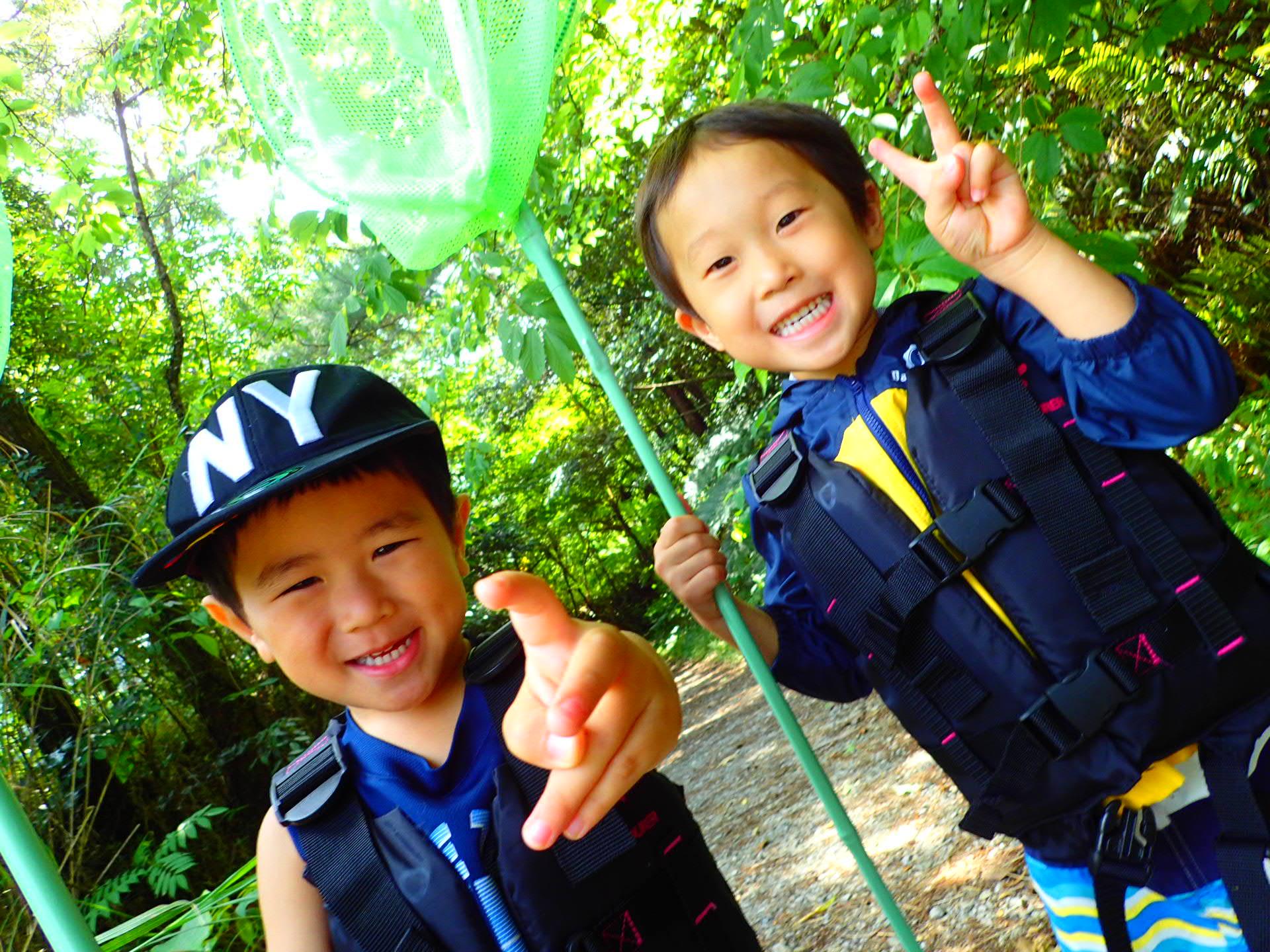 沖縄のやんばるでリバートレッキングツアーに参加する子ども