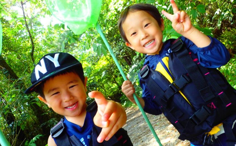 沖縄でリバートレッキングツアーに参加する子ども