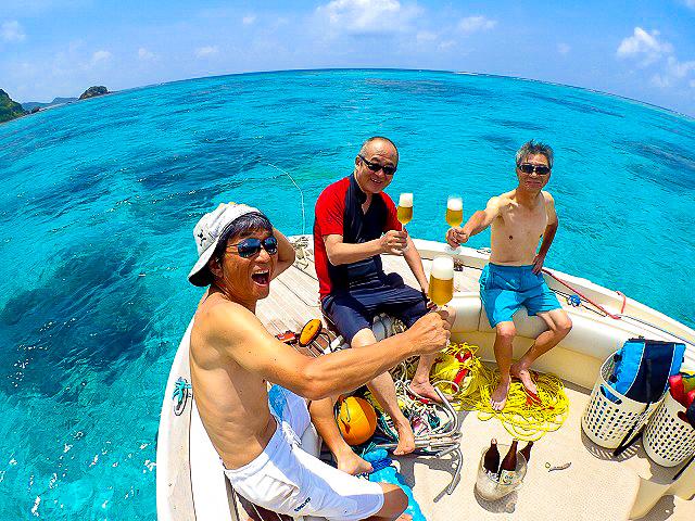 西表島の船上でビールを飲む参加者