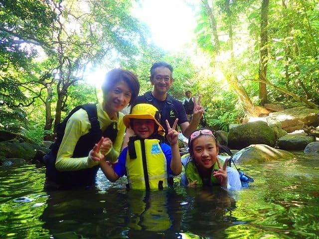 家族でマングローブ林を楽しむ