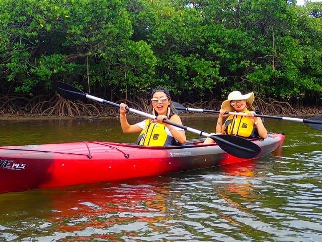 カヌーを楽しむ女性