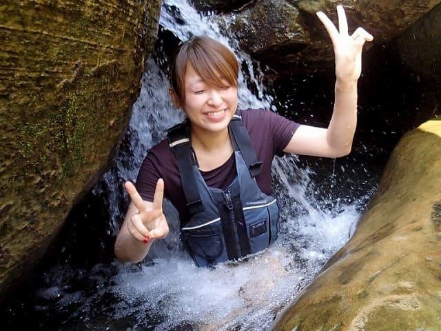 滝つぼにドボンする女性