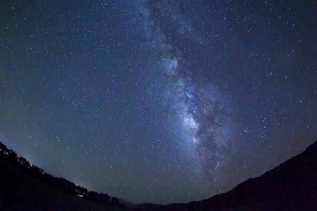 星空に多くの星が輝く様子
