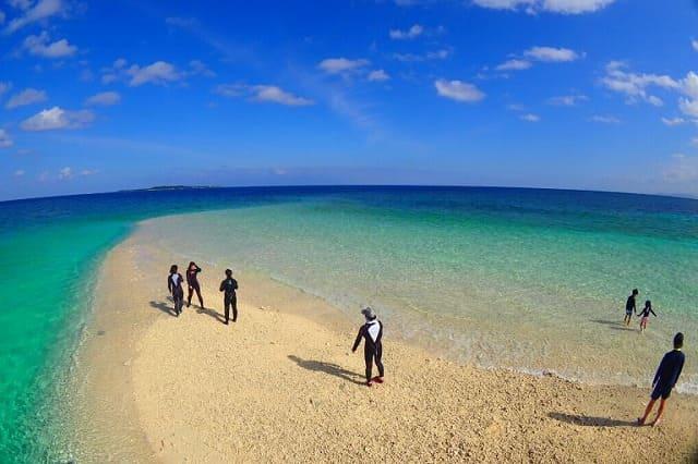 バラス島に上陸するツアー者