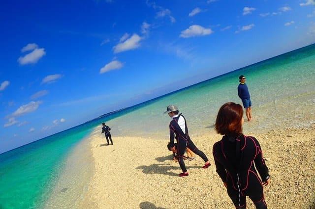 バラス島に上陸したツアー参加者