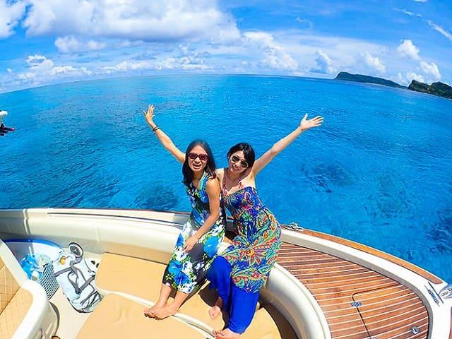 船の上でポーズする女性