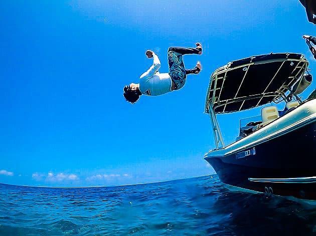 船からダイブする男性