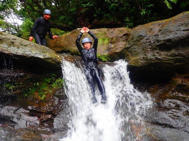 滝つぼにダイブする女性