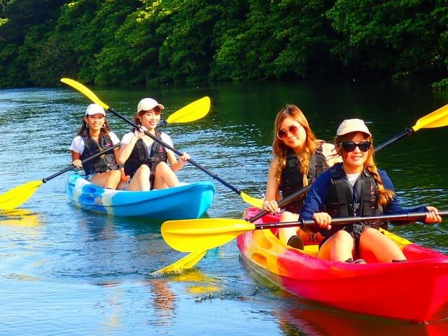西表島のマングローブでカヌーツアーを楽しむグループ