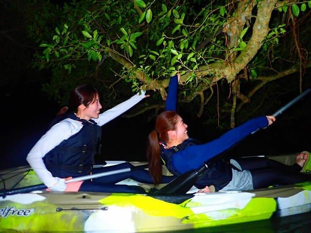 女子旅でナイトマングローブカヌー体験