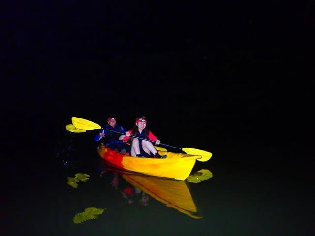 夜のマングローブカヌーをする人