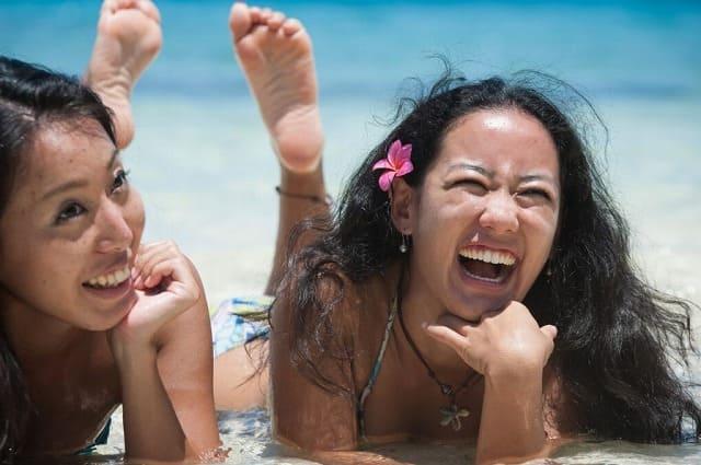 海を楽しむ女性たち