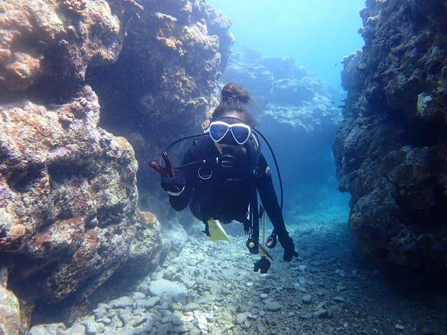 石垣島の海で体験ダイビングをする女性