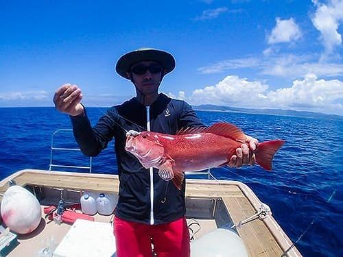 魚を釣り上げる男性