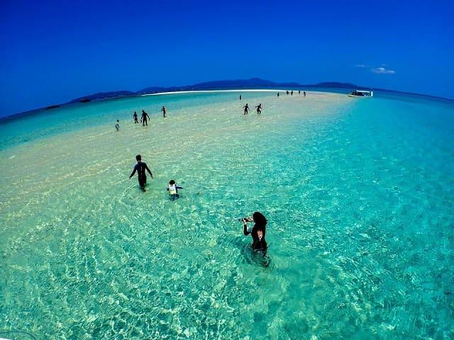 幻の島上陸するツアー客
