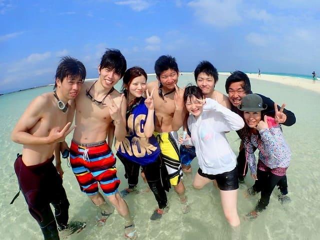 幻の島上陸するグループ