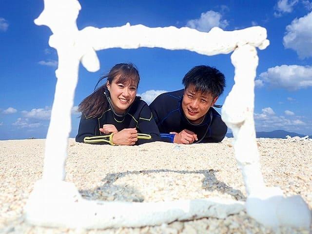 砂浜でカップルの写真