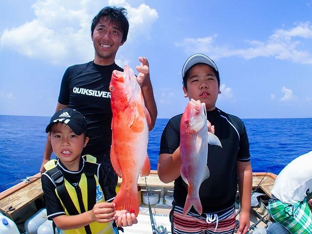 釣りをする家族写真