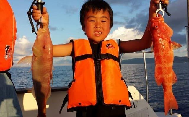 魚を釣り上げるおとこのこ