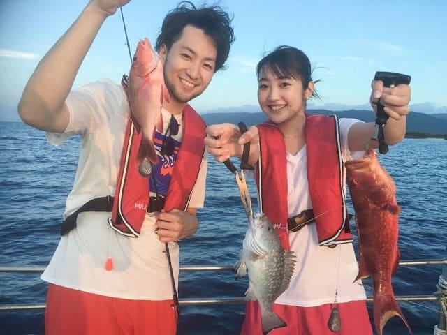 魚を釣り上げるカップル