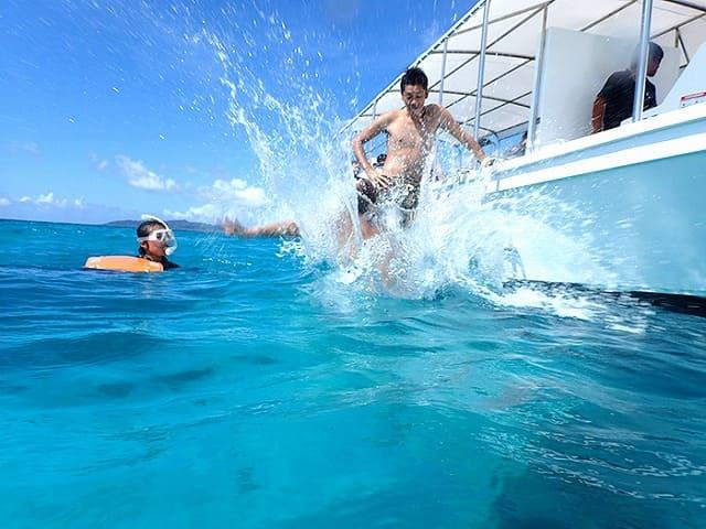 船から海へダイブする男性