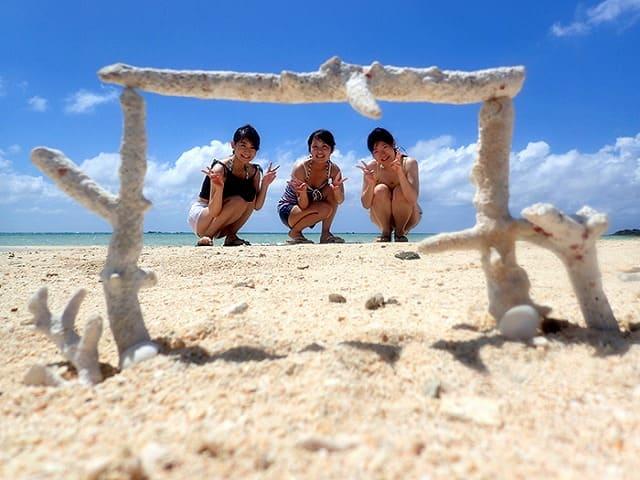 砂浜でポーズをする女性たち