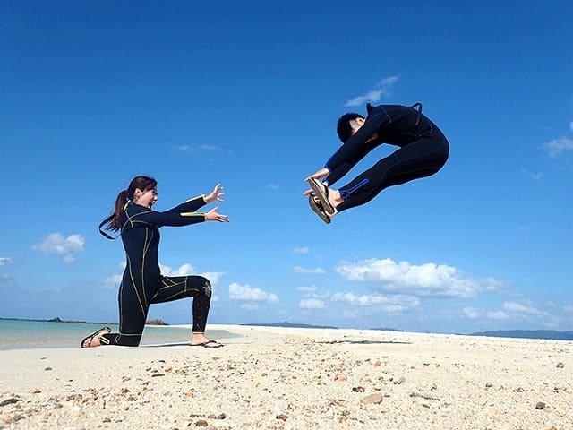砂浜で遊ぶカップル