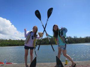 海の河口でスタート準備をする女性たち