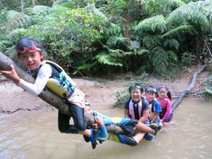 キャニオニングの途中で天然アスレチックを楽しむ子供たち