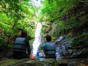 滝の前で休憩