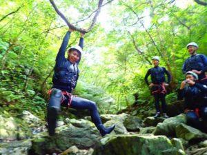 キャニオニングの途中に森で遊ぶ人達