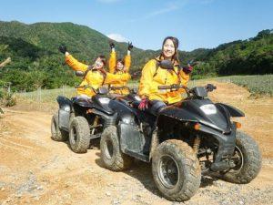 バギーに乗る女性たち