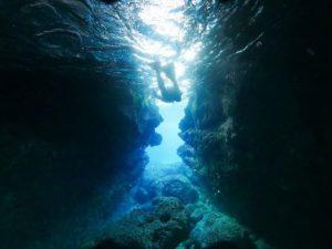 宮古島の青の洞窟でシュノーケリングをする人