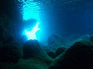青の洞窟の海中