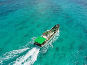 宮古島の海に浮かぶボート