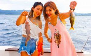 西表島の釣りツアーで釣れた魚を見せる女の子