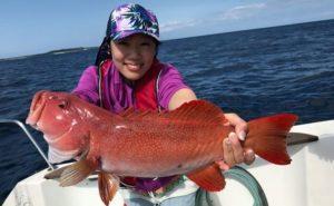 大きな魚を釣った女性